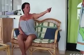 Mutter fickt ihren Stiefsohn im Urlaub nach der Dusche